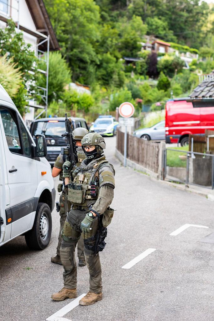 Grossaufgebot sucht bewaffneten Mann