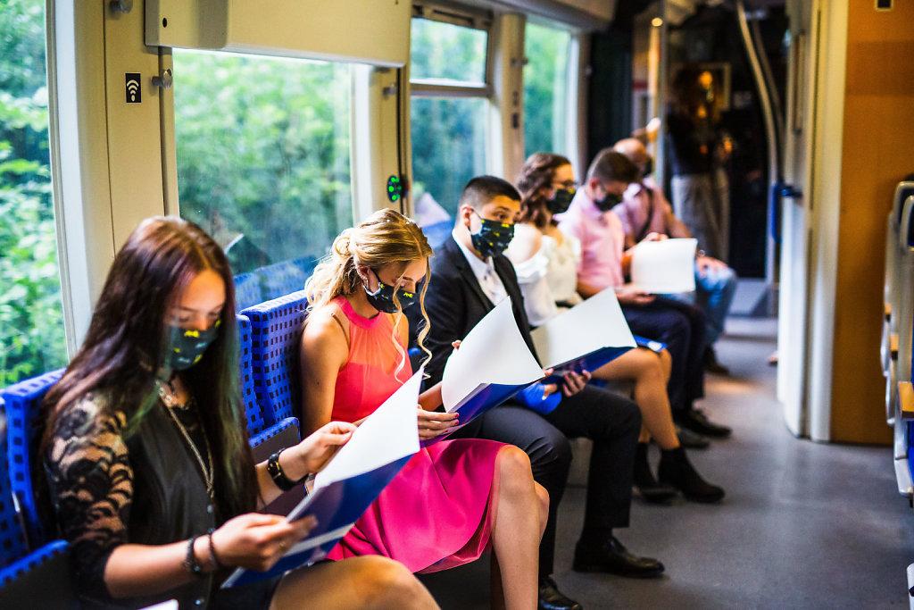 Zeugnisausgabe im Zug